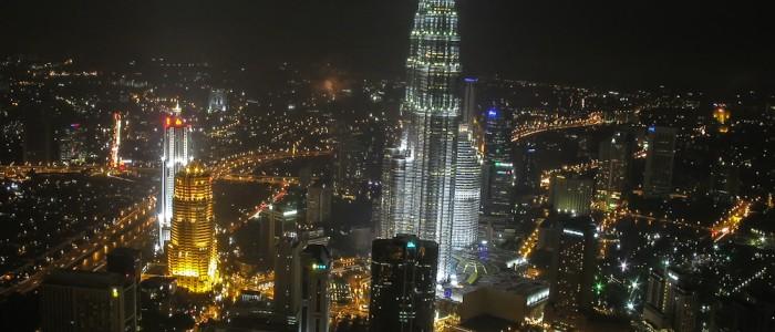 Die Petronas Towers in Kuala Lumpur bei Nacht