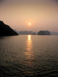 Halong Bay bei Sonnenuntergang
