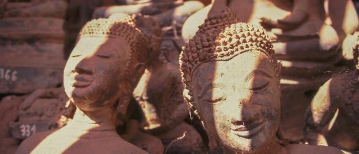 Buddhastatuen verstauben im Tempel