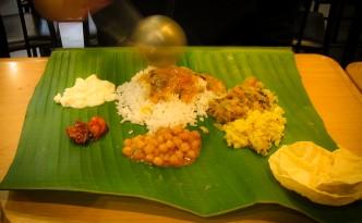Indische Köstlichkeiten auf Bananenblatt serviert